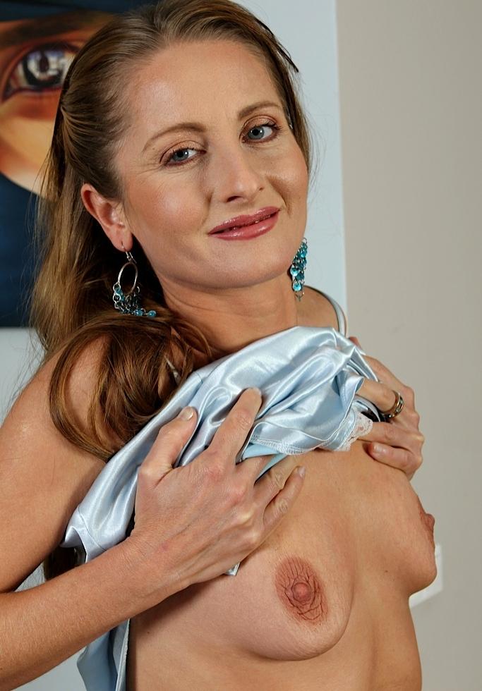 Nackte Hausfrau sucht körperliches Vergnügen.