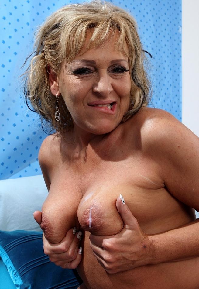 Devote Hausfrau sucht sexy Sexverhältnis.