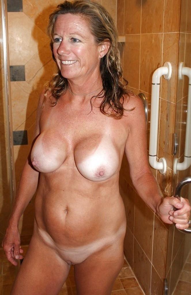 Devote Hausfrau hat Lust auf aufregendes Sexabenteuer.