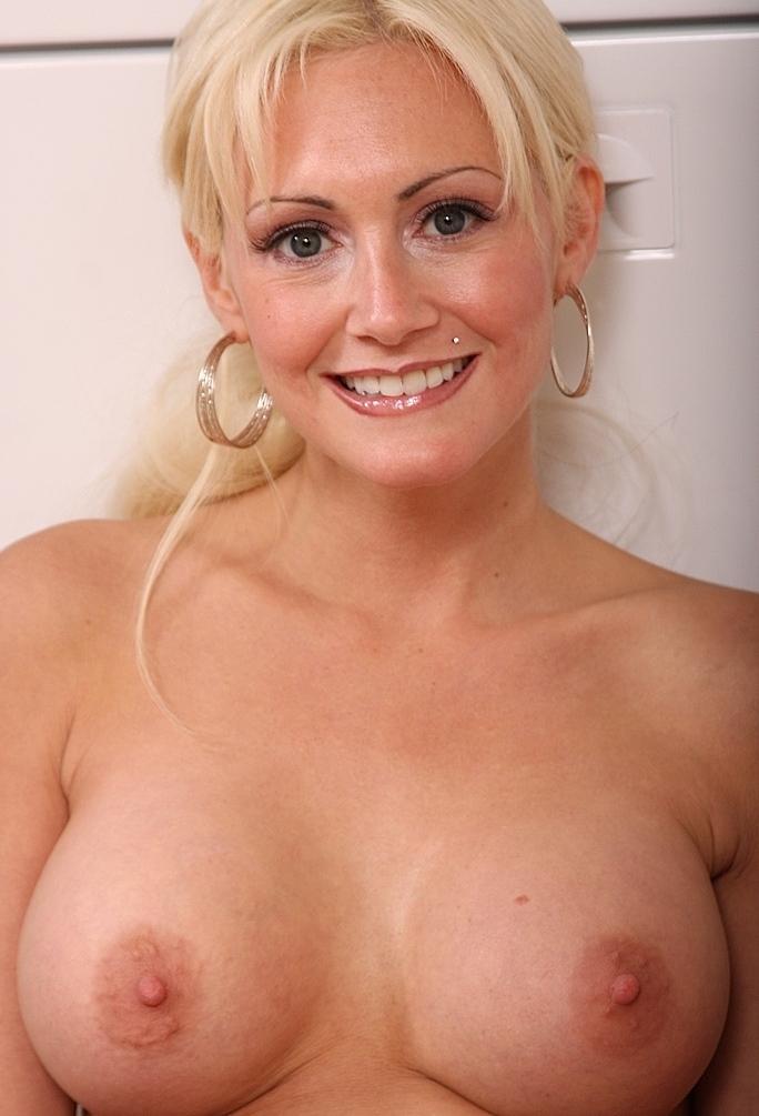 Durchtriebene Dame hat Lust auf erotisches Sexabenteuer.