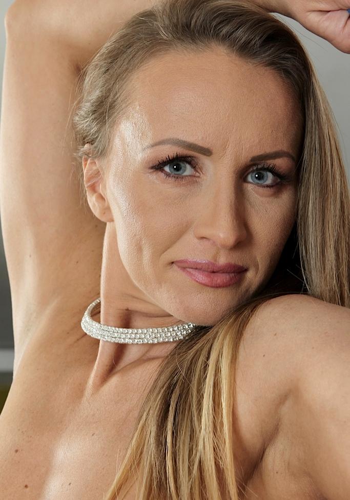 Geile Hausfrau braucht intensives Sexabenteuer.