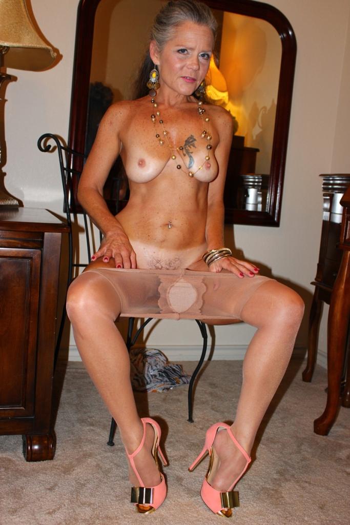 Geile Cougar braucht liebevolles Sexabenteuer.