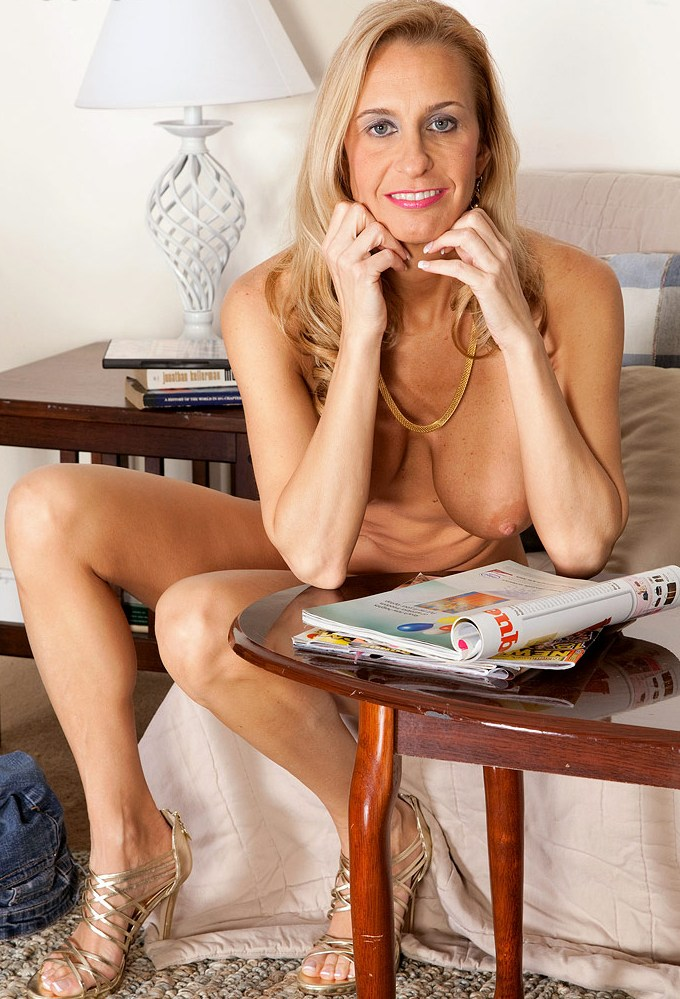 Hübsche Cougar braucht erotisches Vergnügen.
