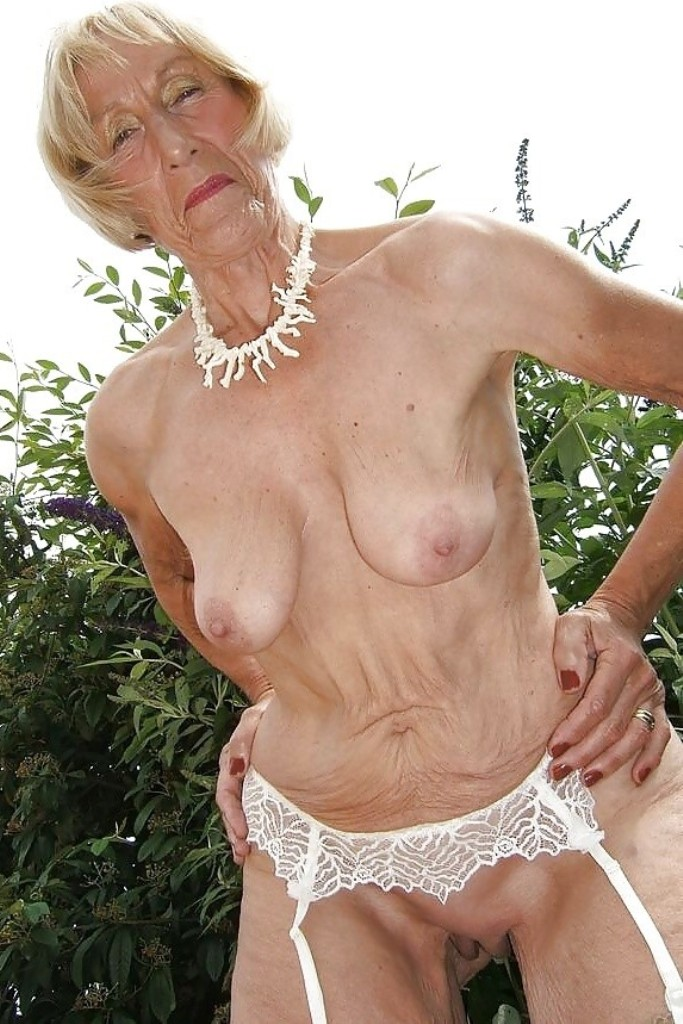 Hübsche Oma braucht aufregendes Sexvergnügen.
