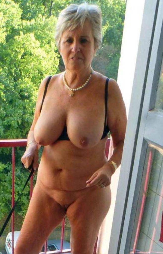 Sexgierige Cougar braucht privates Vergnügen.