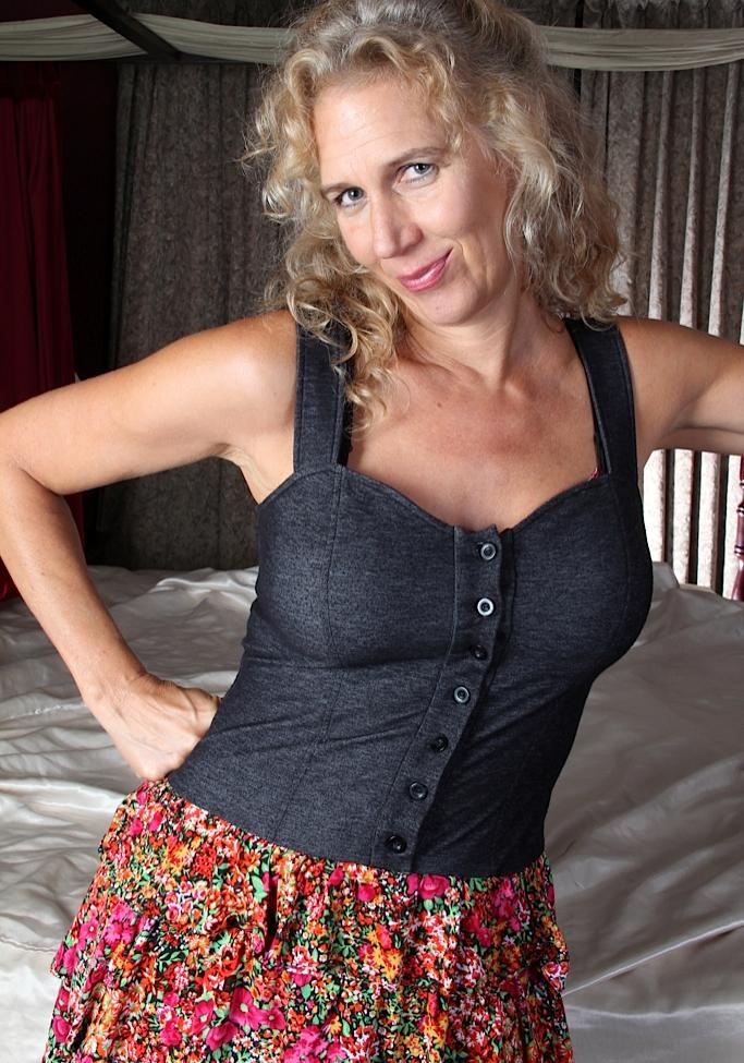 Sexgierige Cougar möchte kurzweiliges Vergnügen.