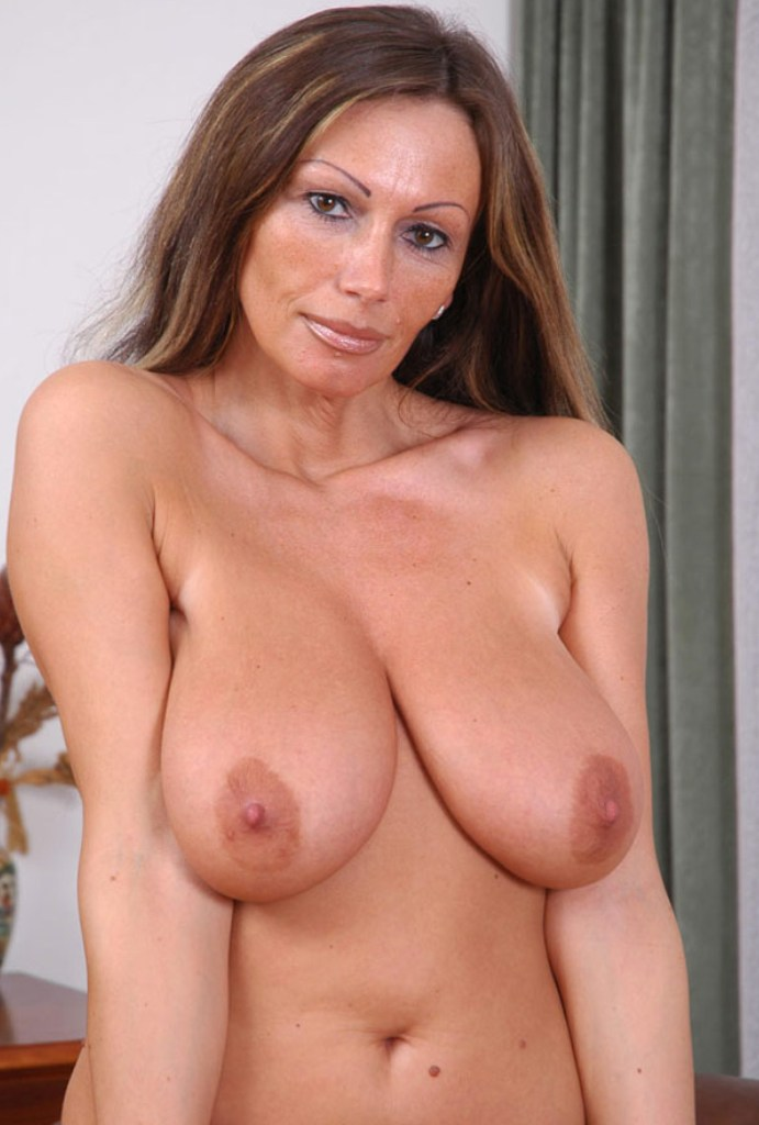 Untervögelte Hausfrau braucht erotisches Fickabenteuer.