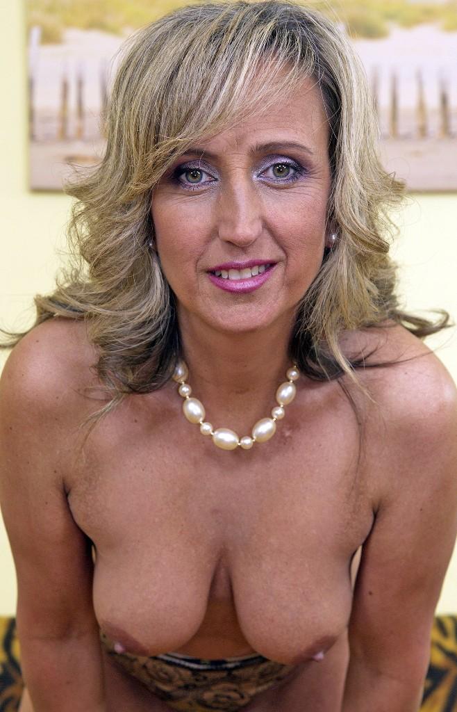 Versaute Schlampe hat Lust auf reizvolles Sexabenteuer.