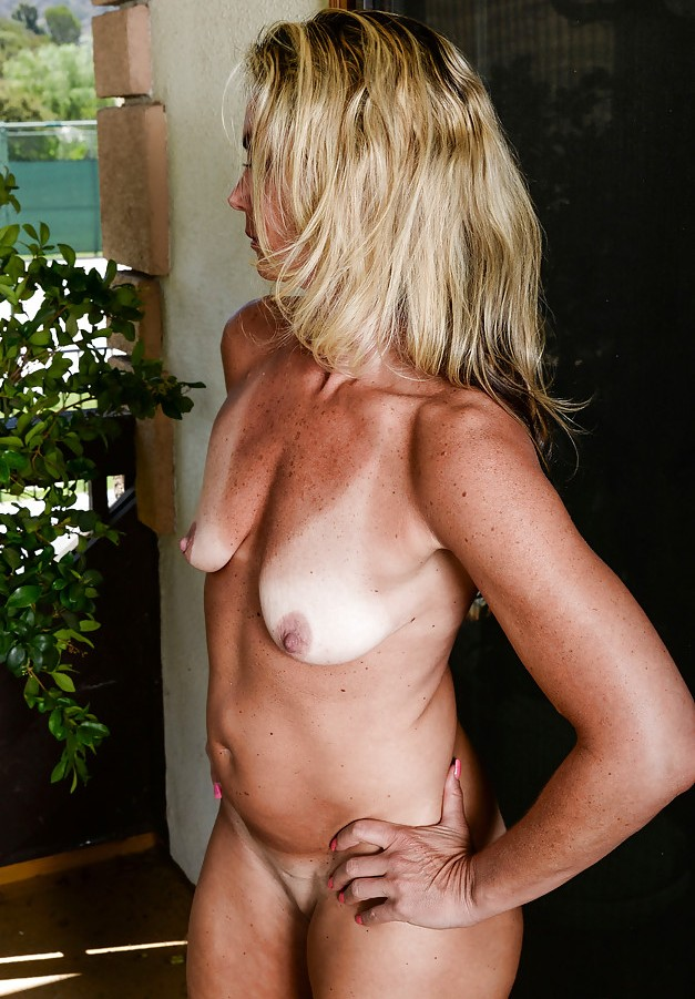 Wuschige Frau hat Lust auf erotisches Vergnügen.