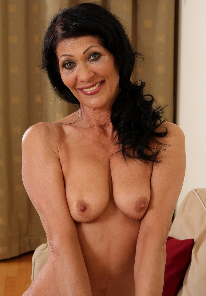 Aufgeschlossene Hausfrau braucht lustvolles Sexabenteuer.