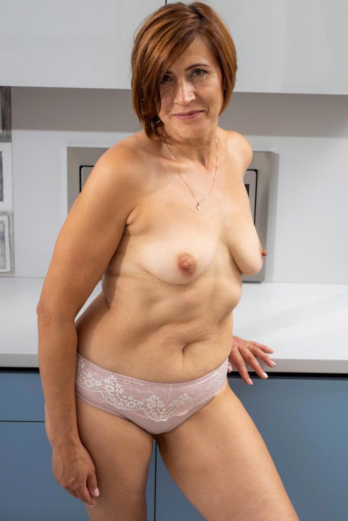 Zeigefreudige Cougar hat Lust auf aufregendes Sexvergnügen.