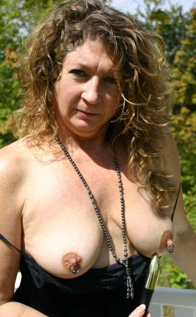 Zeigefreudige Dame braucht zärtliches Vergnügen.