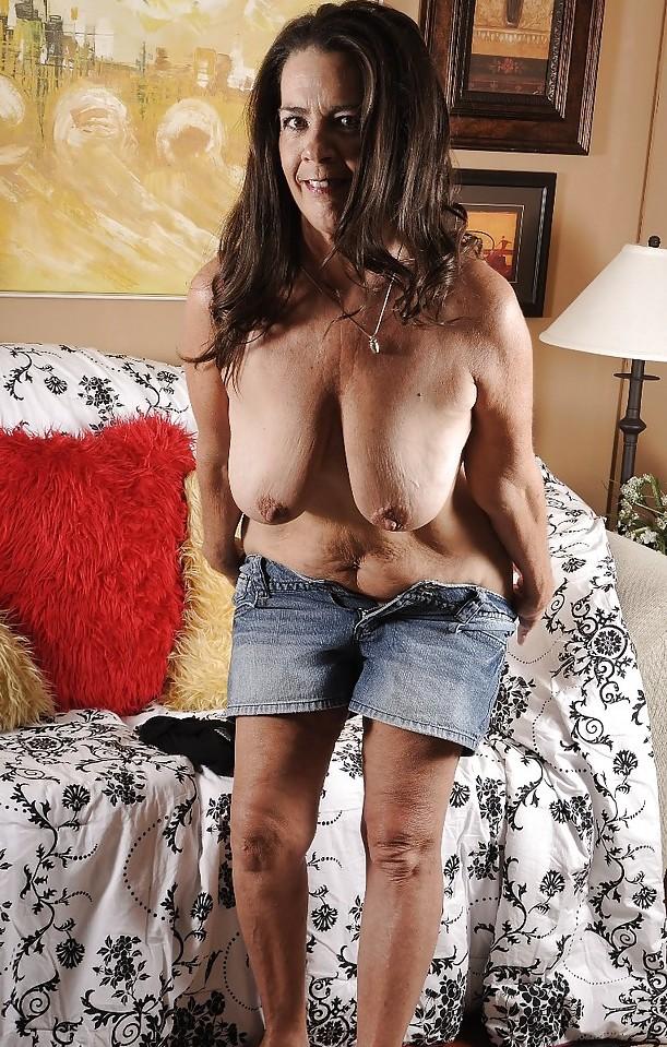 Aufgeschlossene Bitch hat Lust auf unvergessliches Sexabenteuer.