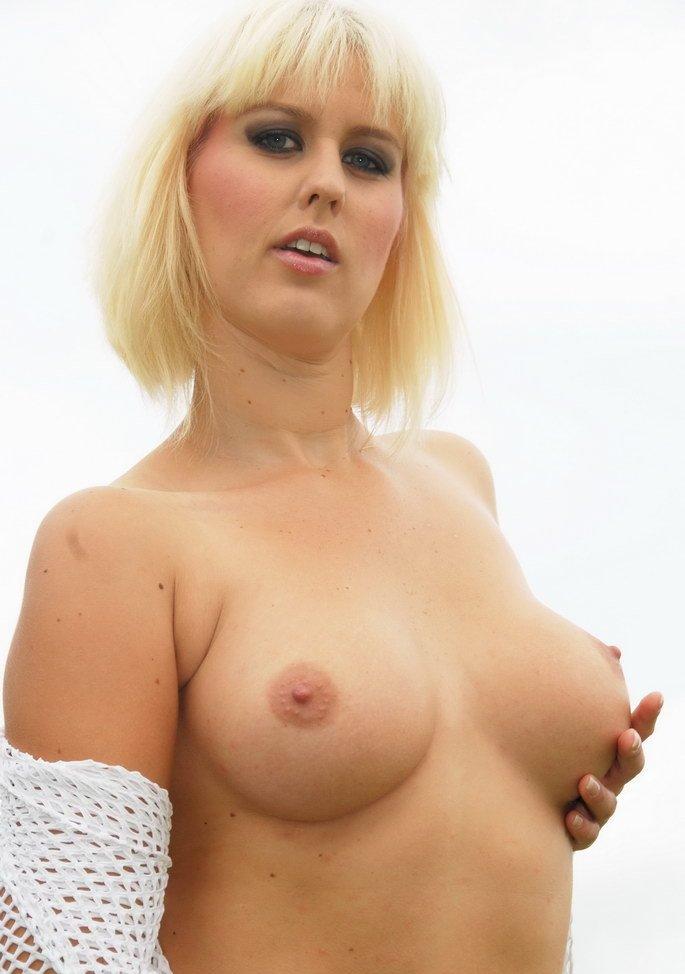 Aufgeschlossene Hausfrau braucht sexy Sexvergnügen.