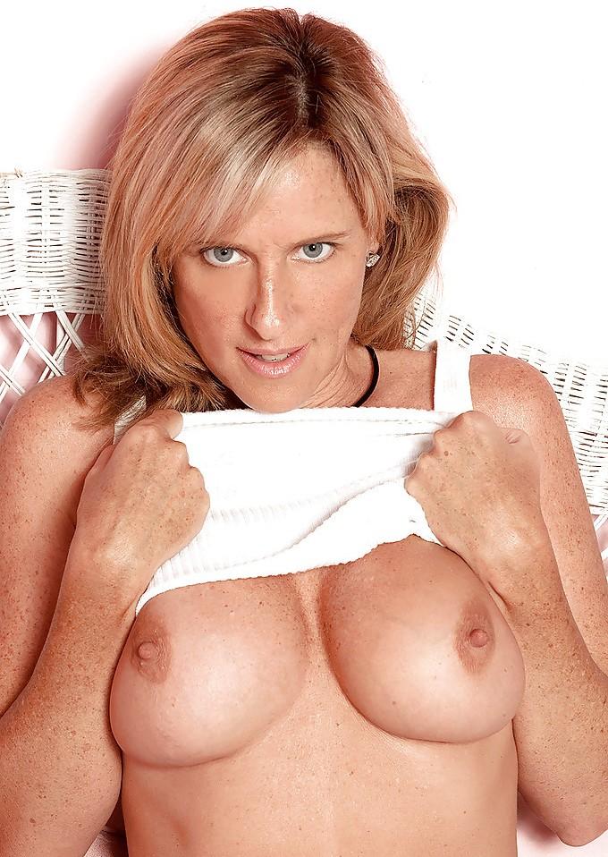 Geile Hausfrau sucht erotisches Sexvergnügen.