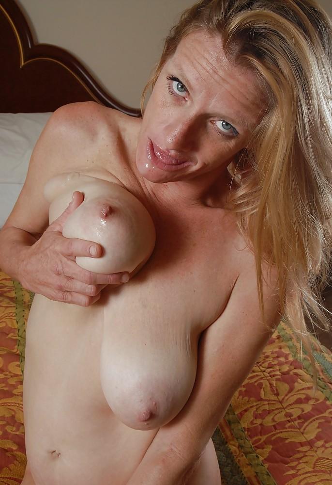Nackte Hausfrau braucht geiles Fickabenteuer.