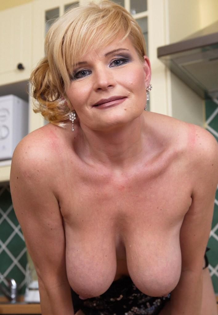 Nackte Hausfrau sucht unvergessliches Vergnügen.