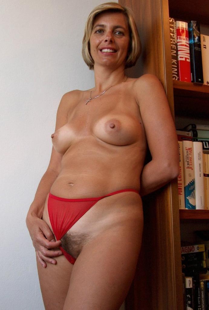 Nackte Muttis brauchen lüsterndes Sexabenteuer.