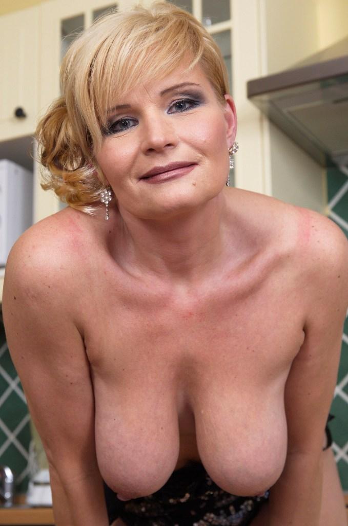 Notgeile Hausfrau hat Lust auf reizendes Verhältnis.
