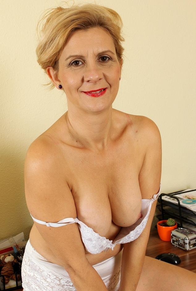 Untervögelte Hausfrau möchte lustvolles Sexverhältnis.