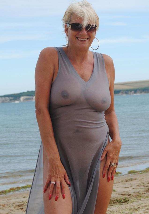 Versaute Oma möchte erotisches Sexabenteuer.