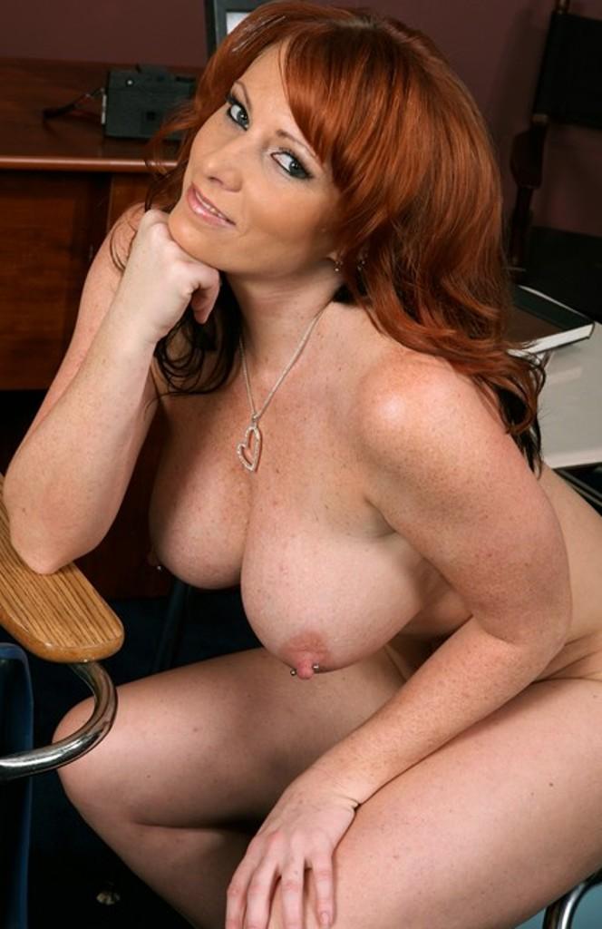 Versaute Schlampe hat Lust auf erotisches Vergnügen.
